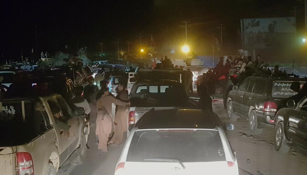 FLYKTER: Afghanske militære og deres familier flyktet natt til fredag fra Kandahar, som nå kontrolleres av Taliban. Foto: AP/NTB