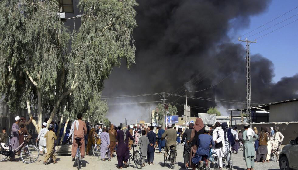 EROBRET: Svart røyk stiger opp fra Kandahar, som ble erobret av Taliban natt til fredag. Foto: AP/NTB