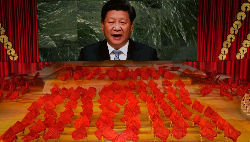FORBUDT OG FARLIG: Det er både selsomt og skremmende å følge feiringen av det kinesiske kommunistpartiets 100-årsjubileum. Kineserne oppfordres derfor til å studere hans skjellsettende tanker med stor flid. Å stille ham brysomme spørsmål, er både unødvendig, forbudt og farlig, skriver kronikkforfatteren. Foto: Ng Han Guan / AP