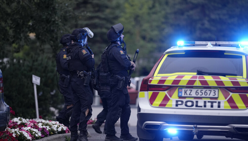 STORE STYRKER: Politiet er på stedet med store stryker etter at de fikk melding om at det er avfyrt skudd på Skøyenåsen T-banestasjon. Foto: Fredrik Hagen / NTB