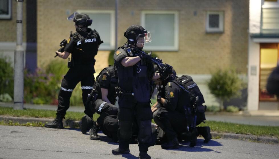 PÅGRIPELSE: Her blir en person pågrepet etter skytingen. Foto: Fredrik Hagen / NTB