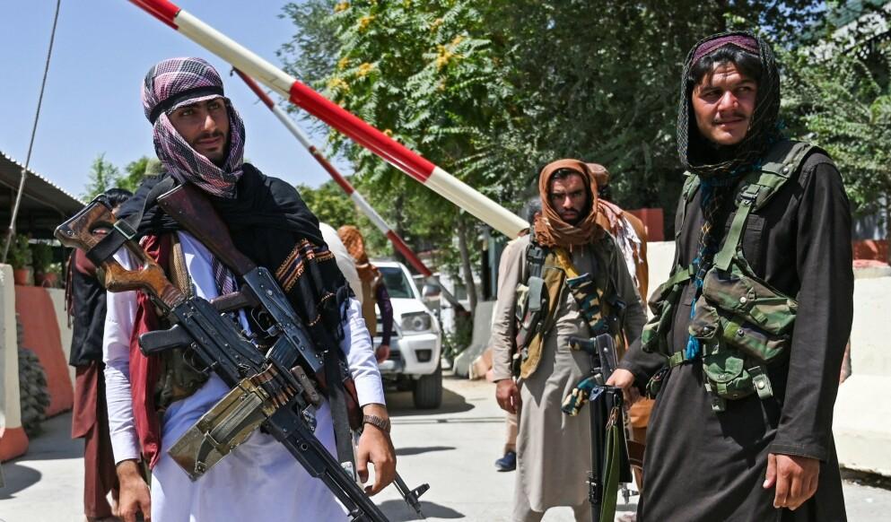 PÅ PLASS: Taliban-krigere har satt opp sjekkpunkt over hele hovedstaden, Kabul. Her står de vakt ved Zanbaq-plassen. Foto: AFP / NTB