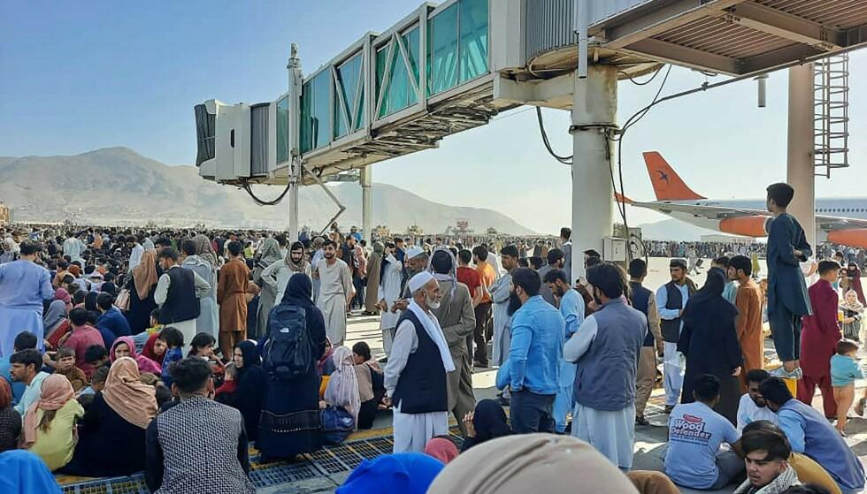 VERDEN STENGTE PÅ MANDAG: Afghanere prøver å rømme fra Kabul. Men verden er stengt allerede på flyplassen. Foto AFP / NTB