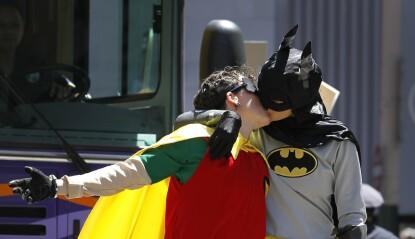 KYSS: Under prideparaden i San Fransisco i 2010 kledde to deltakere seg ut som Batman og Robin. Foto: AP/NTB