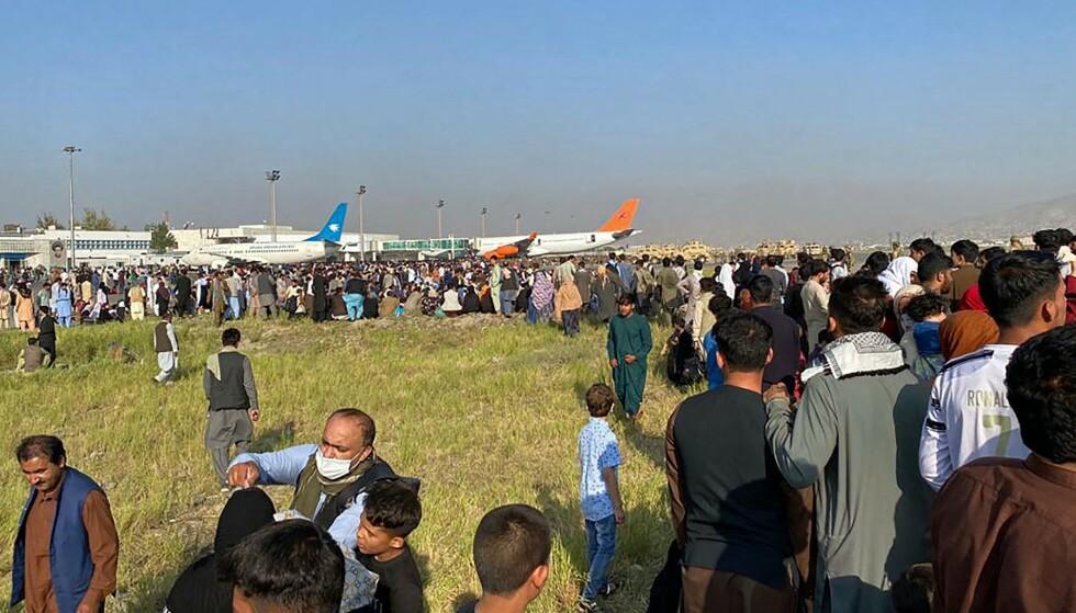 VIL BORT: Samtidig som Taliban tar over Kabul, prøver et stort antall afghanere å komme seg ut av landet. Det er fullt kaos på flyplassen i Kabul mandag. Foto: AFP / NTB