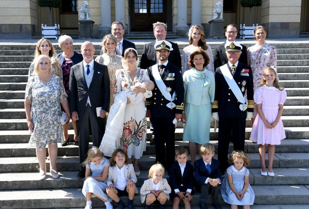 UKJENT MANN: Flere la merke til at kongefamilien tilsynelatende hadde fått et nytt tilskudd under dåpsfotograferingen i helga. Foto: Fredrik Sandberg/ TT/ NTB