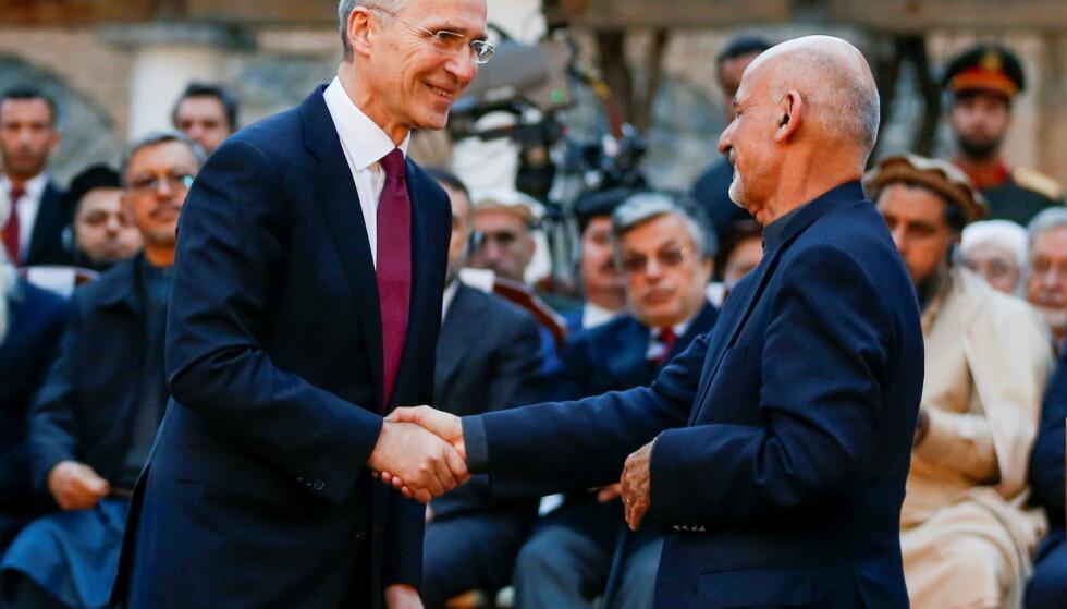 DEN GANG: NATOs generalsekretær Jens Stoltenberg på besøk i Kabul i februar i fjor og blir tatt i mot av president Ashraf Ghani, som i helga forlot Afghanistan. Foto: Reuters