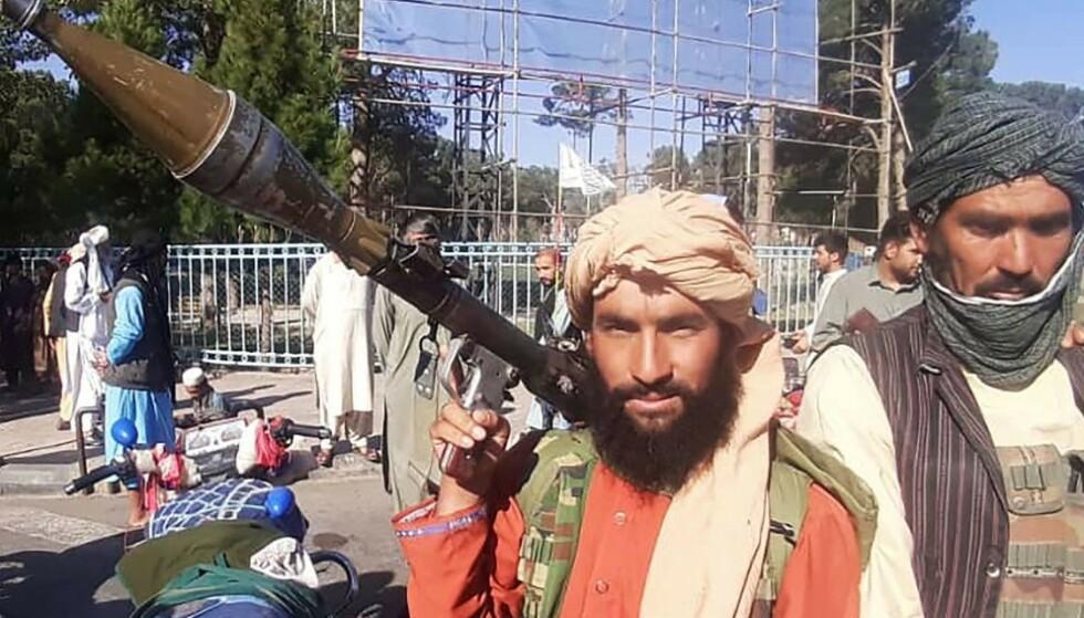 EROBRET: En Taliban-kriger holder en rakettdrevet granat like utenfor Afghanistans tredje største by, Herat. Taliban kontrollerer nå store deler av Afghanistan. I hovedstaden Kabul frykter kvinnelige innbyggere for livet. Foto: AFP / NTB