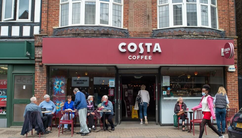 BRITISK: Costa Coffee er grunnlagt av to italienere - i London. Her er en av filialene i Amersham, Buckinghamshire. Foto: Maureen McLean/Shutterstock