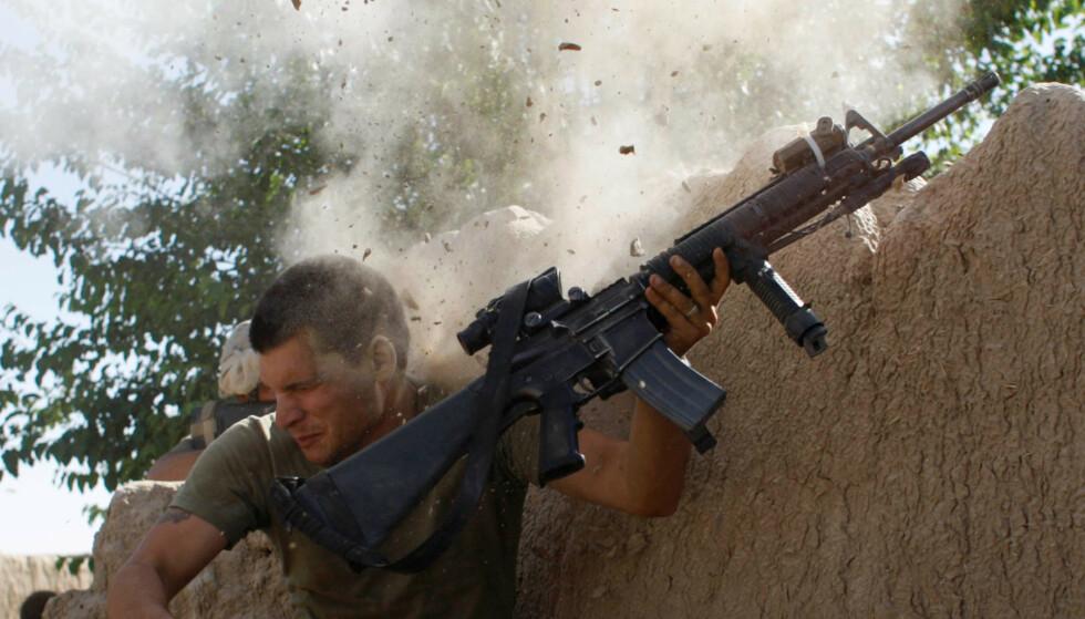 LANG KRIG: USA og de andre Nato-landene har brukt voldsomme ressurser på krigen siden 2011. Her er en amerikansk marinesoldat i kamp mot Taliban i Helmand i 2008. Foto: Goran Tomasevic/NTB/ Reuters