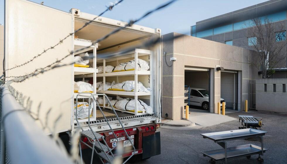 DØDSFALLENE ØKER: Nedkjølte trailerer brukes som mobile likhus av det medisinke undersøkelseskontoret i El Paso, Texas. Foto: Justin HAMEL / AFP.
