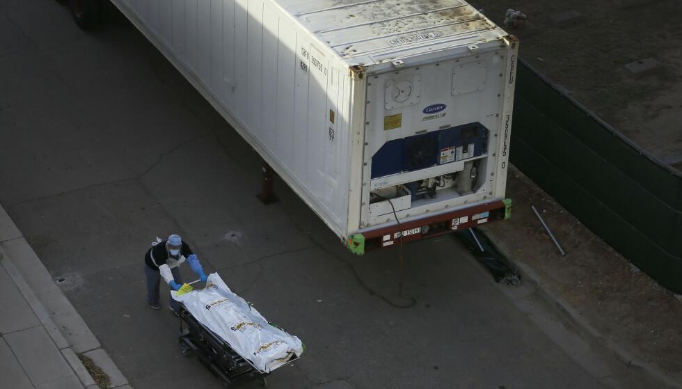 «COVID»: De nedkjølte mobile likhusene i El Paso, Texas brukes til å frakte døde kropper i poser med påskriften «covid». Foto: Briana Sanchez/The El Paso Times via AP.