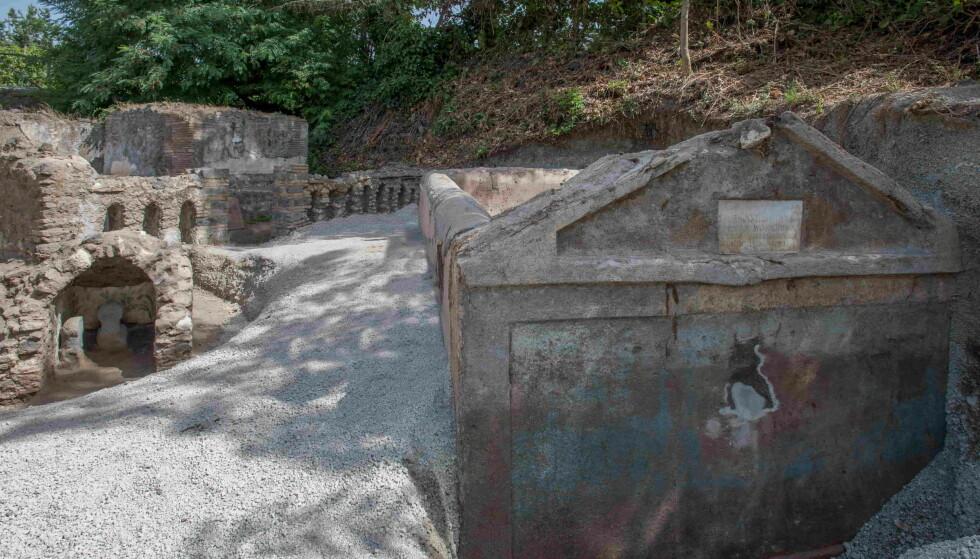 TOMB: In het graf werd ook een glazen pot gevonden met de naam van een vrouw.  Foto: Archeologisch Park Pompeii