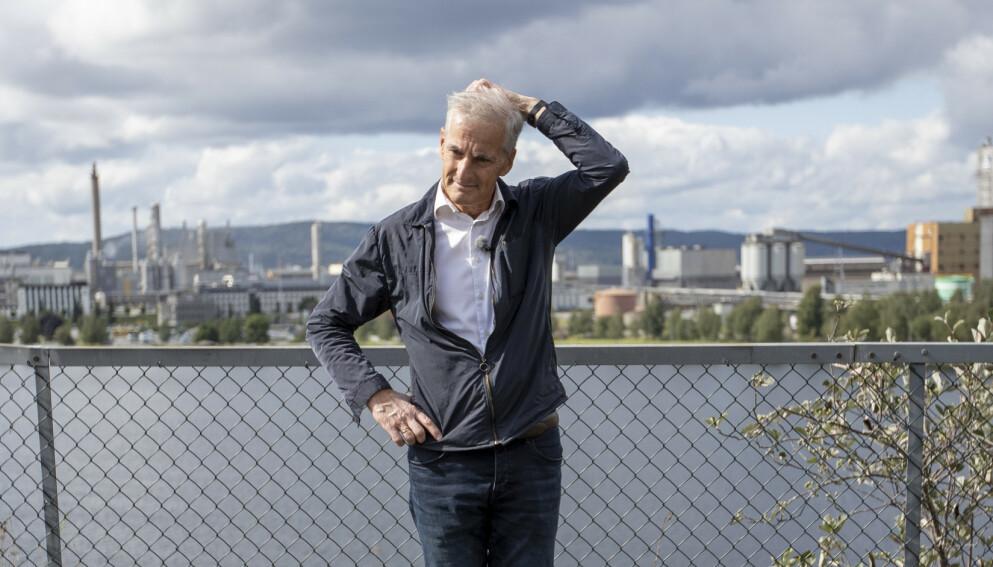 ØKER: Jonas Gahr Støre hevder at norsk eksport har falt og at vi sakker akterut. Faktum er at fra 2013 og til i dag har fastlandseksporten hatt en oppgang på 27 prosent, skriver innsenderen. Her er Ap-lederen på vei til Hydro Herøya under valgkampturne i Telemark. Foto: Javad Parsa / NTB