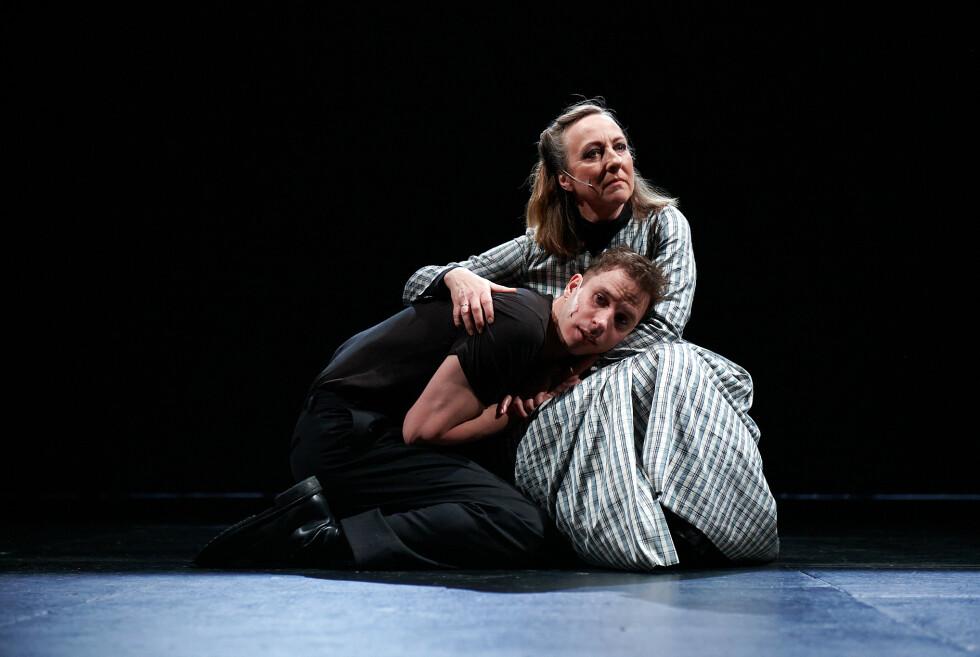 DEPRIMERT: Ågot Senstad som dronningen og Herbert Nordrum som den deprimerte danske prins Hamlet. Foto: Øyvind Eide