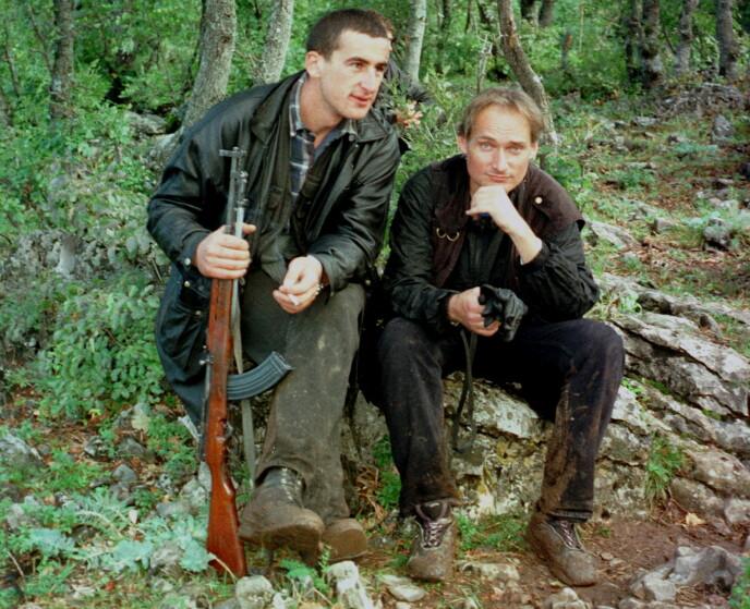 I FELT: Pål Refsdal sammen med en UCK-soldat i Kosovo. Foto: Pål Refsdal