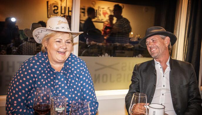 GOD STEMNING: Der var ingen tvil om at statsminister Erna Solberg og Leif Einar Lothe trivdes i hverandres selskap på restaurant Lofthus Ekspedisjon i Hardanger torsdag. Foto: Leif Arne Vedlog / Dagbladet