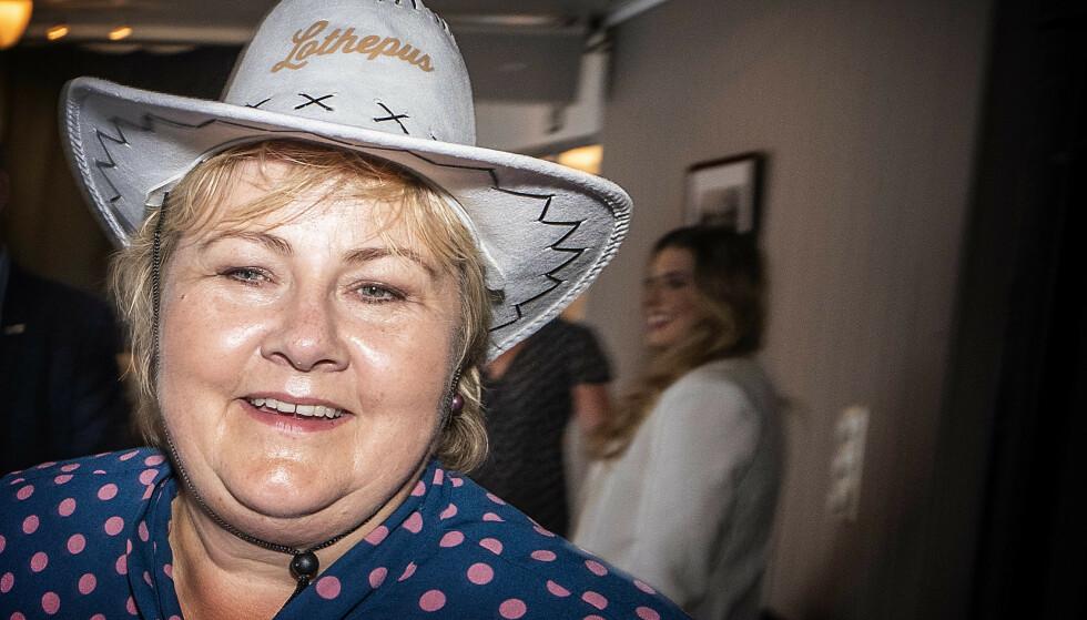 HATTEN PASSER: Statsminister Erna Solberg fikk ros - og cowboyhatt - da hun møtte Leif Einar Lothe i Hardanger. Foto: Hans Arne Vedlog / Dagbladet