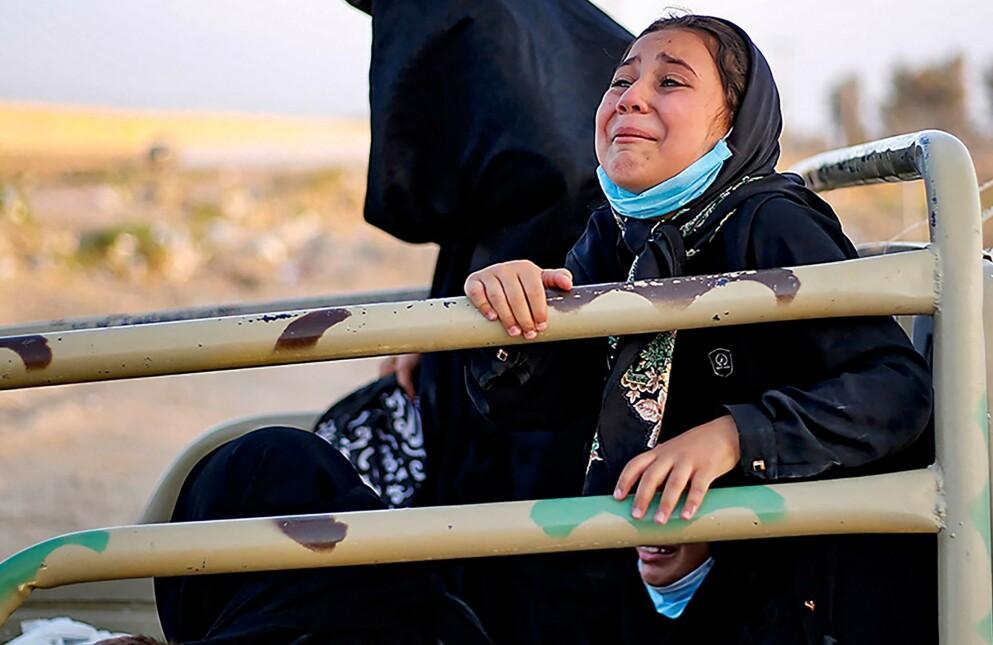 VIL BORT: En afghansk kvinne og barna er livredde og forsøker å flyte fra Afghanistan etter maktovertakelsen denne uka. Her er de avbildet ved grensa til Iran. Foto: AFP / NTB