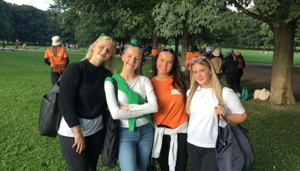 FADDERBARN: (fra venstre) Kine Telle (18) Marthe Wang (19) Sofie Ramstad (21) Elisabeth Wien (21) er godt i gang med rebusløp i Frognerparken som en del av fadderuka. Foto: Emma Victoria Hegnar/ Dagbladet