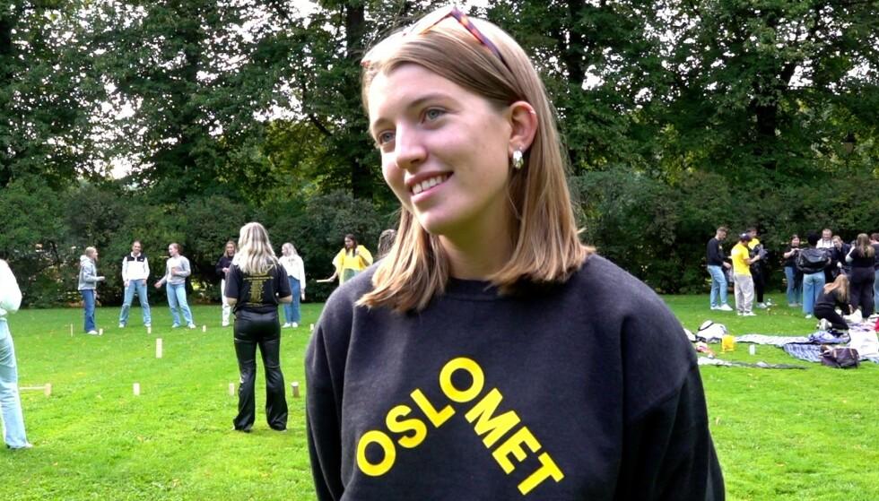 FADDER: Tora Friberg Skaug (20) er fadder i år. Hun sier at det har vært mye planlegging opp til fadderuka for å sikre at smittevernstiltakene følges. Foto: Magnus Paus/ Dagbladet