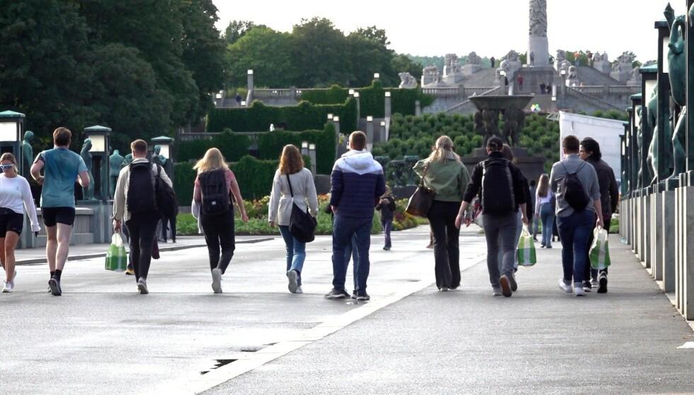 FROGNERPARKEN: Flere nye studenter flokker seg i Frognerparken i fadderuka for å feire starten av studieåret. Foto: Magnus Paus/ Dagbladet