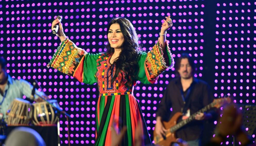 KOM SEG UT: Den afghanske popstjerna og tv-profilen Aryana Sayeed (36) er blant dem som har klart å rømme fra hjemlandet etter at Taliban overtok makta. Forrige gang Taliban styrte landet var underholdnings-opptredener som dette straffbart. Her fra 2013. Foto: AP / Scanpix