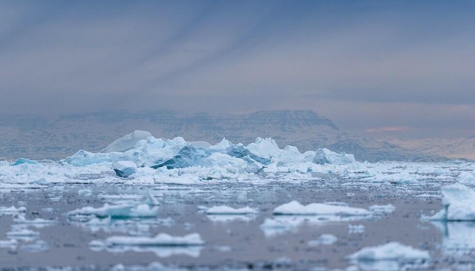 ALDRI REGISTRERT FØR: For første gang er det registrert regn på toppen av Grønlandsisen. Regnet, sammen med plussgradene, førte til at enorme mengder is smeltet 14. og 15. august. Bildet er fra Ilulissat på Grønland og er tatt 15. mai i år. Foto: Ulrik Pedersen / NurPhoto / Shutterstock / NTB