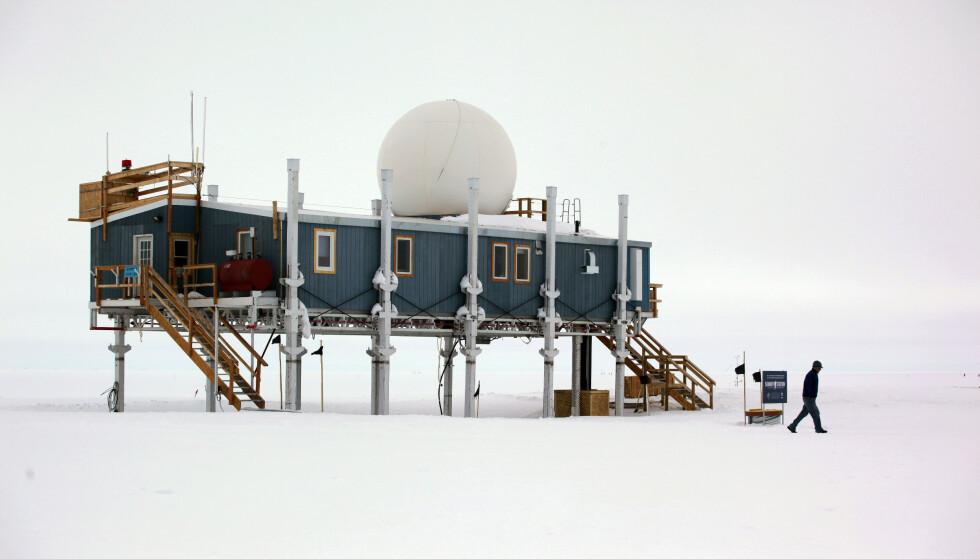 UVANLIG: Regnet som for første gang ble registrert på toppen av Grønlandsisen, ble oppdaget av forskerene på summit-stasjonen - over 3000 meter over havet. Bildet er fra 2011. Foto: Brennan Linsley / AP/ NTB