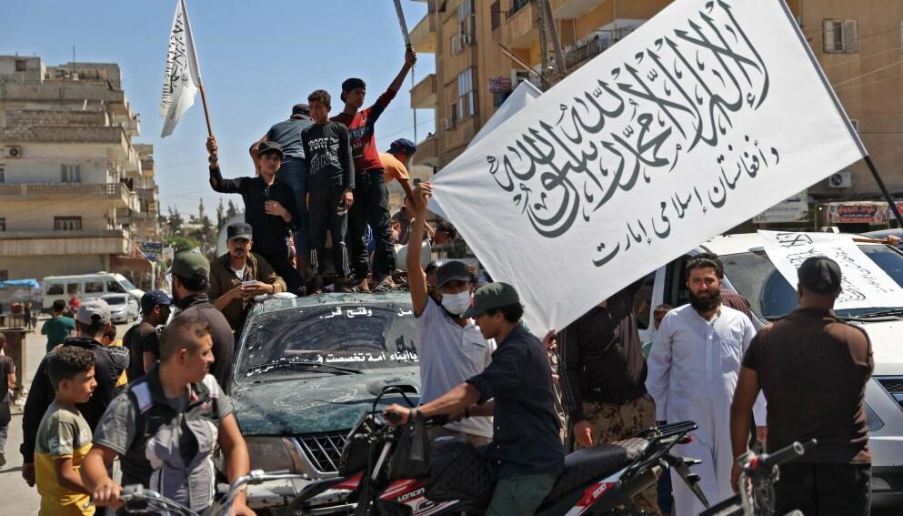 FEIRER: Medlemmer av den syriske jihadist-gruppa Hayat Tahrir al-Sham (HTS), som ledes av tidligere al-Qaida-folk, feiret i helga at Taliban nå har kommet til makta i Afghanistan. HTS kontrollerer halve Idlib-regionen i Syria, det siste området som ikke er tilbake under syrisk regimekontroll. Foto: AFP / NTB