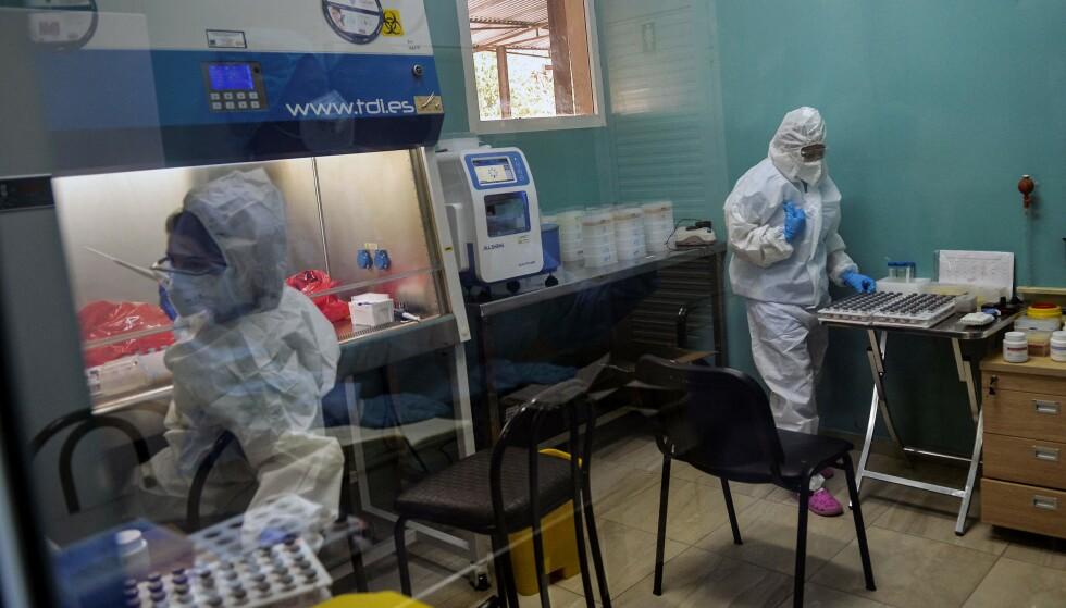 SMITTEBØLGE: Smittetallene i Cuba har femdoblet seg så langt i år. Her fra et laboratorium, hvor det analyseres covid-19-prøver. Foto: NTB / Yamil LAGE / AFP