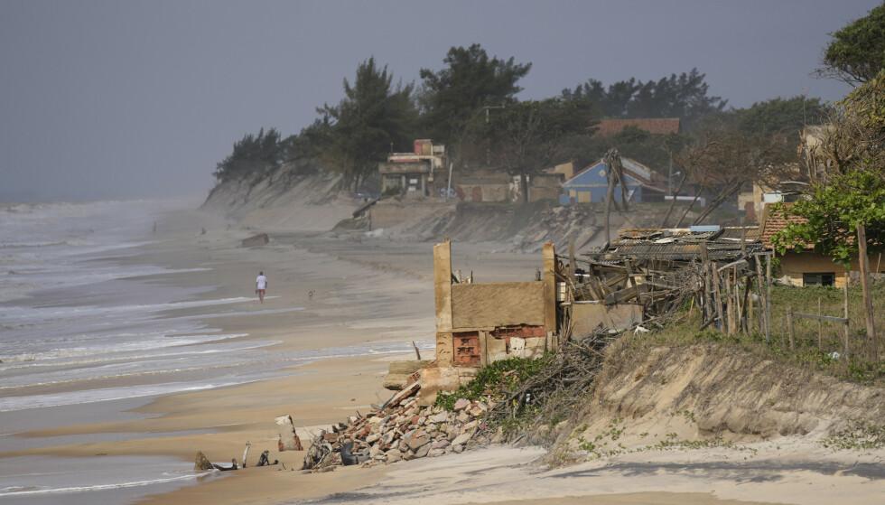 ØDELEGGELSER: Dette er en av ødeleggelsene forårsaket av havet. Foto: Silvia Izquierdo/AP/NTB