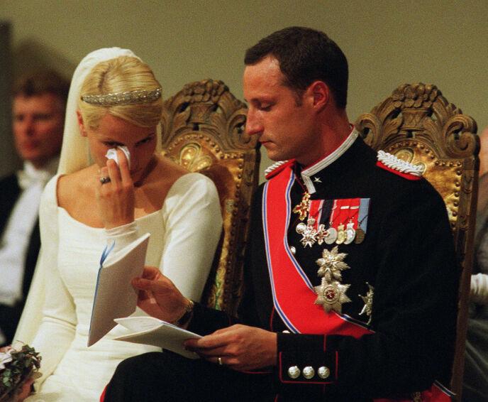 RØRT: Den kommende kronprinsessen var tydelig rørt under vielsen. Det var også mange som fulgte bryllupet. Foto: NTB