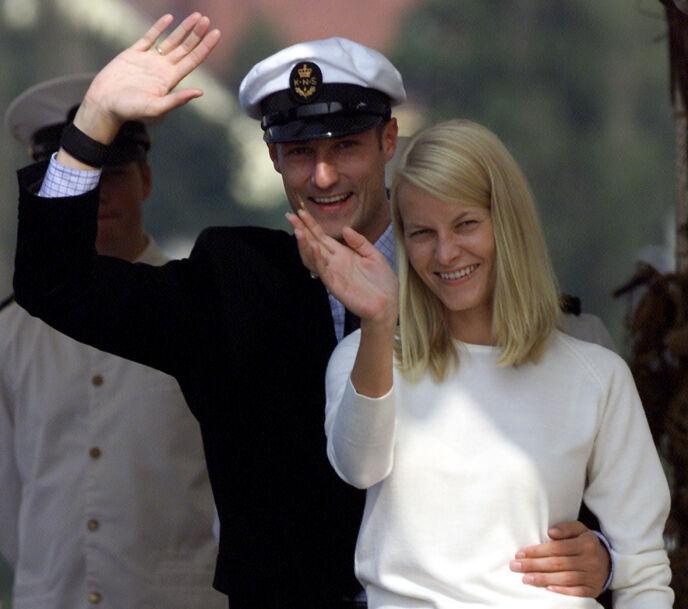 DAGEN FØR DAGEN: Haakon og Mette-Marit på båttur med Kongeskipet Norge dagen før bryllupet. Foto: Lise Åserud/NTB