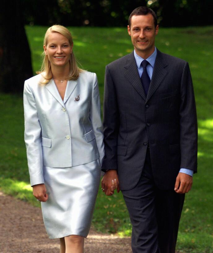 HÅND I HÅND: Paret stilte til fotografering i Dronningparken i forkant av en pressekonferanse. Foto: Lise Åserud/NTB