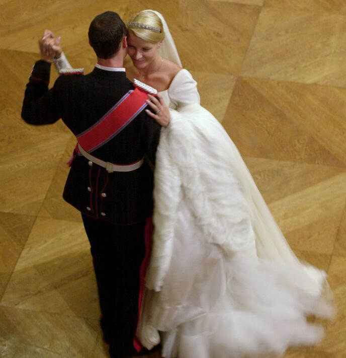 MANN OG KONE: Kronprinsparets første dans som mann og kone. Foto: Cornelius Poppe/NTB