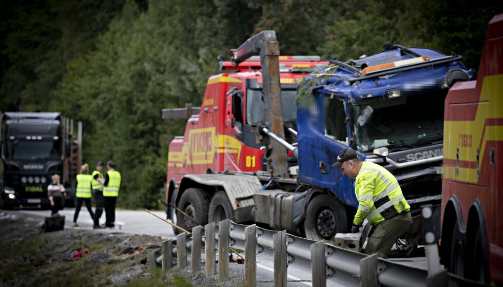 BERGES: Til venstre på bildet arbeider Havarikommisjonen, mens bergingsmannskaper fjerner lastebilen etter den tragiske bilulykken hvor tre mennesker omkom. Foto: Bjørn Langsem / Dagbladet