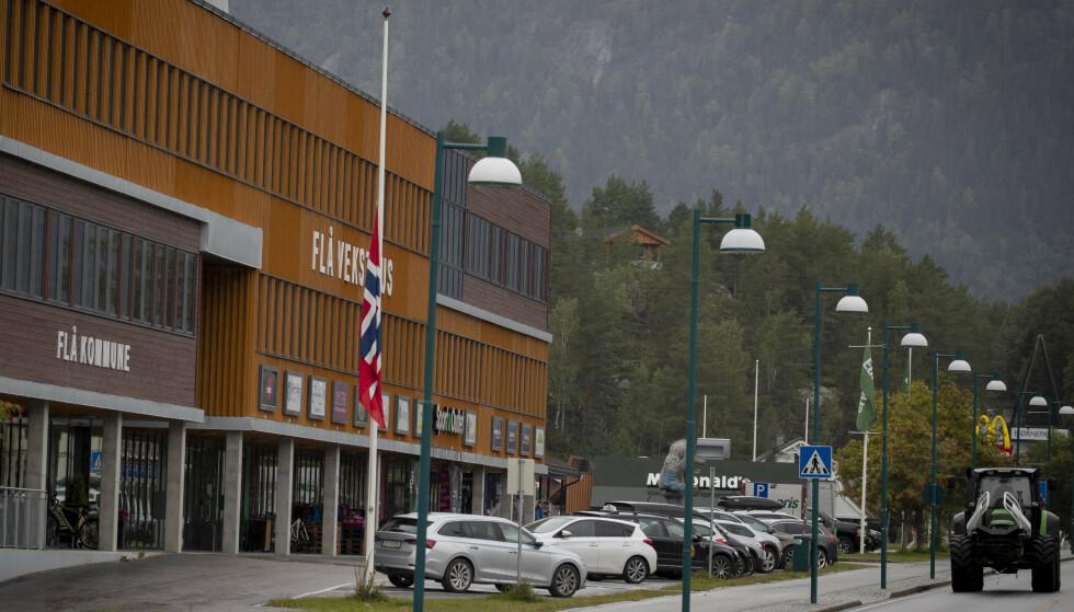 HALV STANG: Også i Flå flagges det på halv stang foran kommunehuset. Foto: Bjørn Langsem / Dagbladet