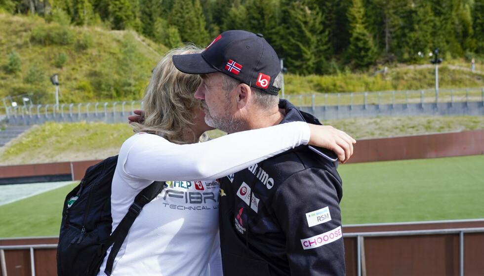 FØLELSER: Clas Brede Bråthen fikk en klem av Maren Lundby i Midtstubakken i dag. Foto: Lise Åserud / NTB