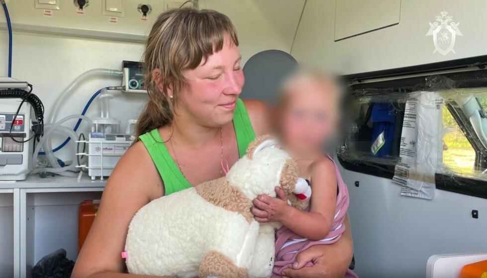 GJENFORENT: Etter fire dager alene ute i skogen ble Ljudmila Kuzina (22 måneder) gjenforent med moren Antonina Kuzina. Foto: Politiet i Smolensk