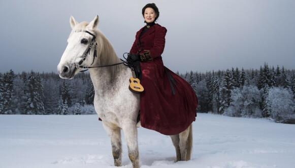 ELEGANT: Åse Kleveland ridende til hest på et jorde i Sørkedalen, alltid like elegant. Foto: Lars Eivind Bones