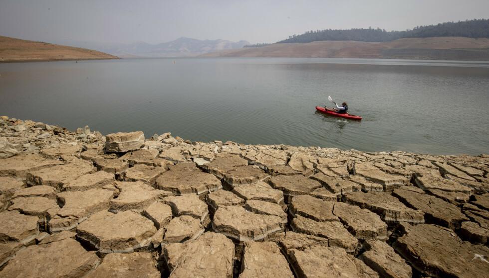 TØRKE: Lake Oroville, som ligger nord i California, er blant innsjøene som nå opplever ekstremt lav vannstand som følge av tørke. Foto: AP Photo/Ethan Swope