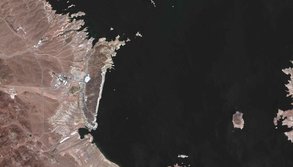 SYNKER: Lake Mead, som er det største menneskeskapte vannreservoaret i USA, og som får vannet sitt fra Coloradoelva, sank nettopp til sitt laveste nivå siden 1930-tallet. Foto: FP PHOTO / Satellite Image 2021 Maxar Technologies via AP