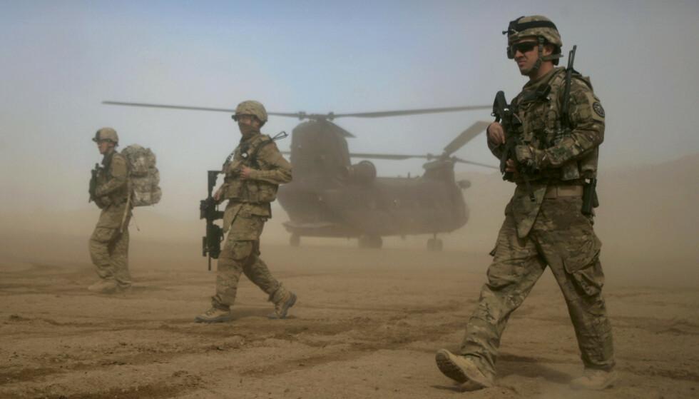HAVARERT: Etter at enda en i serien av USAs kriger har havarert, er det få pinlige påminnelser om at både Osama bin Laden og Taliban i starten ble støttet frem og opp av USAs hemmelige tjenester, skriver kronikkforfatteren. Her patruljerer amerikanske NATO-styrker utenfor Kabul. Foto: Hoshang Hashimi / AP