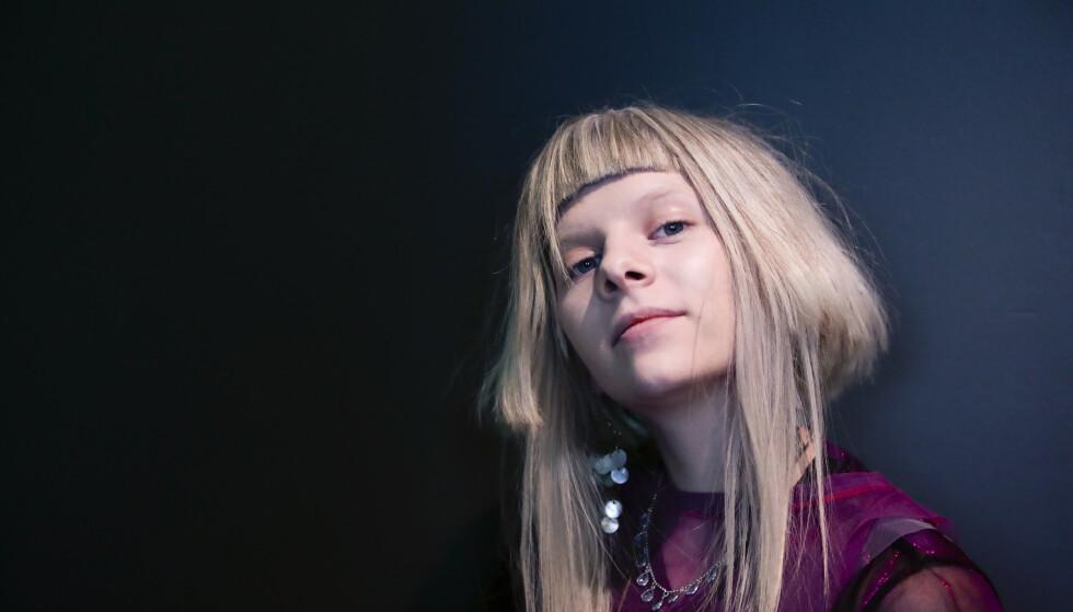 INTENST OG STIRRANDE: Aurora var sjølvsagt ikkje ny for meg. Eg hadde både sett og høyrt ho før og har alltid tykt ho er dyktig. Men det var noko forurolegande med henne. Det intense, stirrande blikket, skriver artikkelforfatteren. Foto: Lise Åserud / NTB