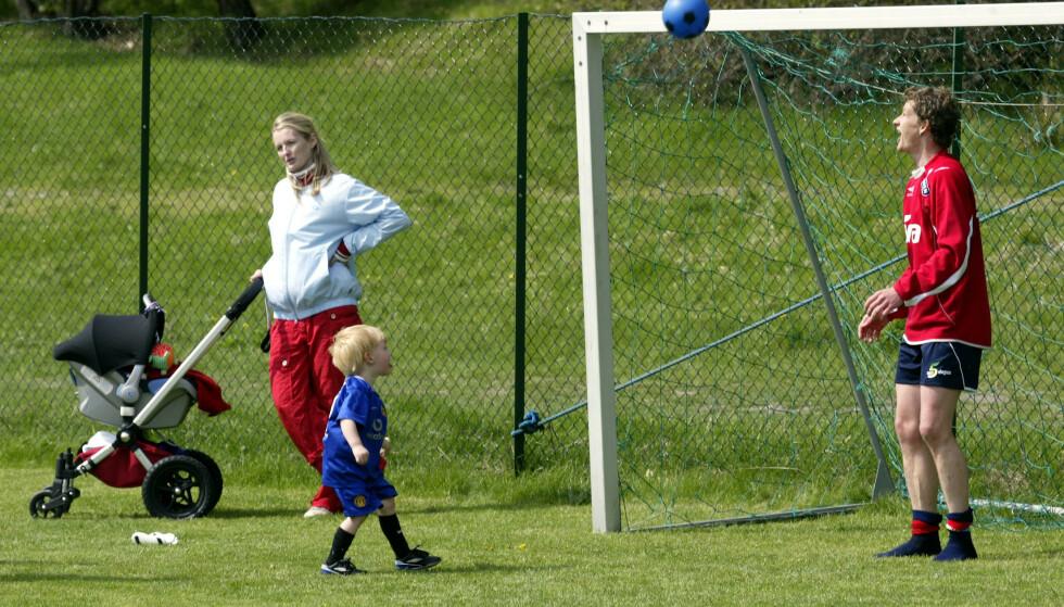 LÆREMESTER: Ole Gunnar Solskjær spiller fotball med sønnen Noah, tilbake i 2003. I bakgrunnen kona Silje med datteren Karna i barnevogna. Foto: Tor Richardsen / NTB