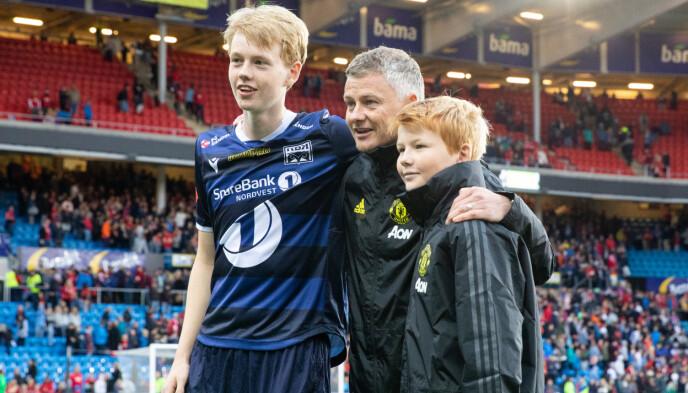 TRIO: Ole Gunnar Solskjær sammen med sønnene Noah (t.v.) og Elijah etter treningskampen mellom Kristiansund og Manchester United på Ullevål stadion i 2019. Foto: Audun Braastad / NTB