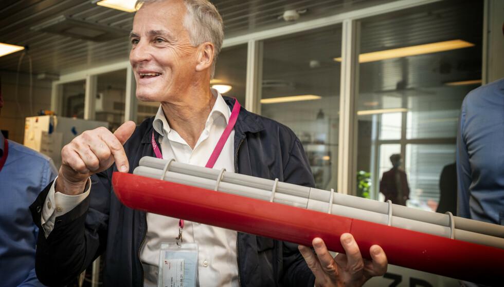 GRØNT SKIFTE: Equinor har tydelige mål om utslippskutt og utvikler ny teknologi for fangst og lagring. Her studeren Jonas Gahr Støre en modell av en ubåt med teknologi for fangst, lagring og transport av CO2. Foto: Hans Arne Vedlog/Dagbladet