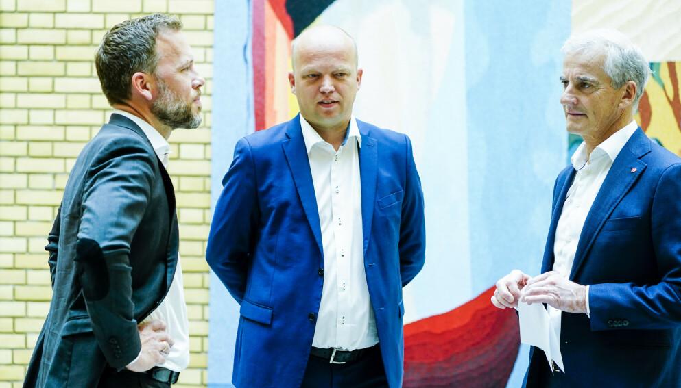 INNSATSEN BLEKNER: Norges innsats for klimaet blekner sammenliknet med EU sin. På kontinentet strammes målene til, markedene reguleres og det investeres tungt i ny, grønn industri, skriver artikkelforfatteren. Her er den rødgrønne trioen Audun Lysbakken (t.v.), Trygve Slagsvold Vedum og Jonas Gahr Støre. Foto: Terje Pedersen / NTB