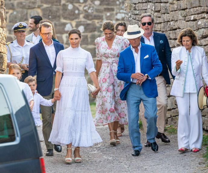 ENDELIG SAMMEN: Den svenske kongefamilien fikk endelig litt kvalitetstid sammen denne sommeren. Foto: Splash News/NTB